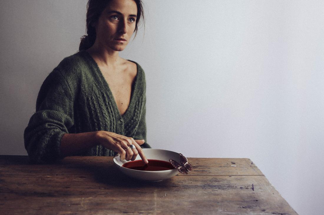 The Coven's Table - La magia del comer. Reunión de brujas alrededor de la mesa de comer.
